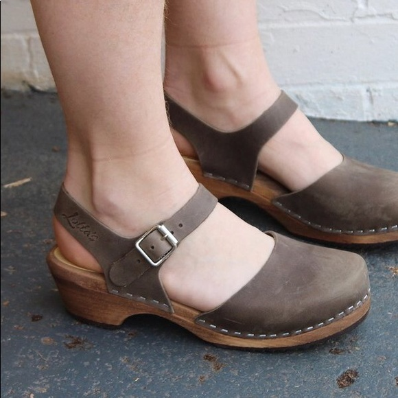 368bc57cafa7f7 Clogs - Low Wood in Taupe Leather on Brown Base